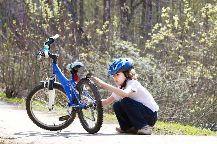 niño arreglando bicicleta