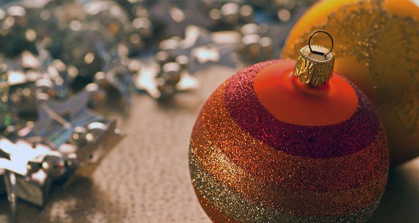 Concurso solidario de decoración de bolas gigantes de Navidad