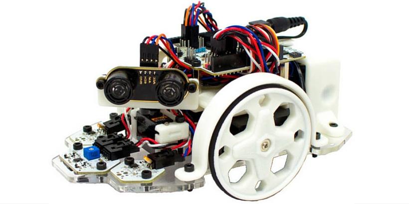 iSchool reta a niños y jóvenes a entrenar a robots futbolistas en Semana Santa