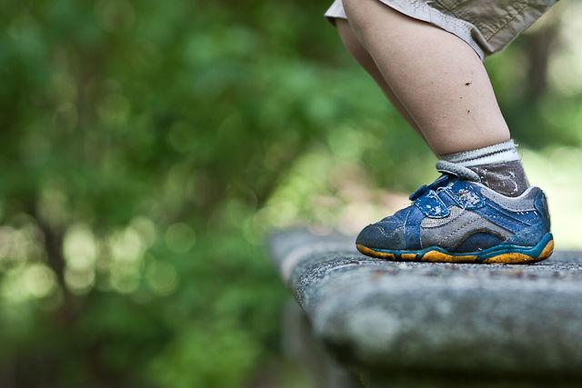 Los podólogos recomiendan evitar calzado como mocasín o bailarinas para niños y limitar el uso de deportivas