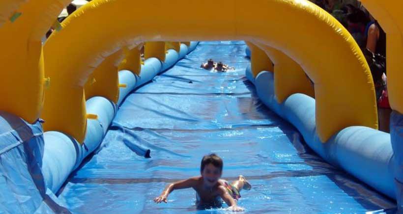 De jueves a domingo, deslízate por un supertobogán acuático de 100 metros