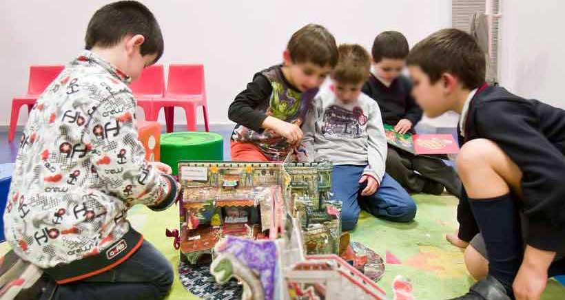 Todos los viernes, actividades para niños y niñas de 4 a 12 años en la Biblioteca Rafael Azcona