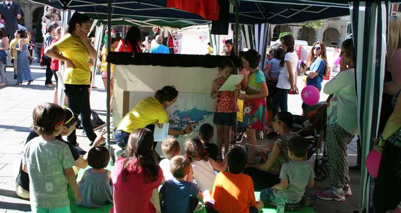 Fiesta solidaria con actividades infantiles en la Plaza del Mercado