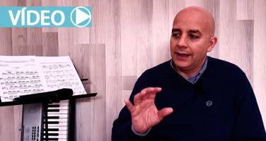 Entrevista-a-Jorge-Elias-en-su-aula-de-canto