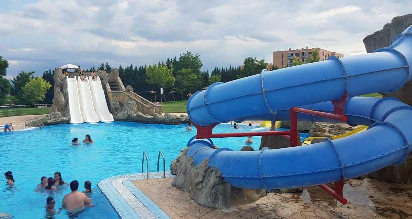 Los chapuzones del verano piscinas de viana for Piscinas con toboganes