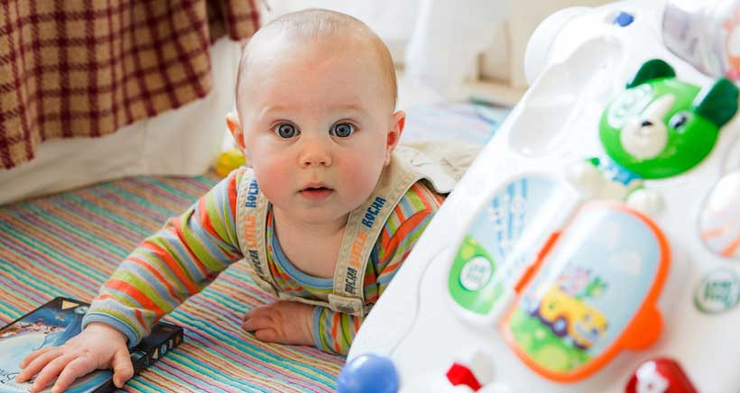 ¿Cuál es el mejor juguete para un bebé? Lee los consejos de Cruz Roja