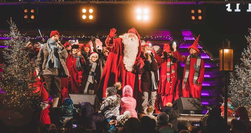 Santa Claus inaugura la temporada navideña desde su pueblo en Finlandia