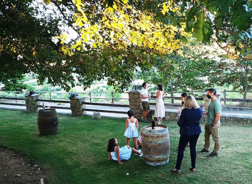 Familia, amigos y una copa de Rioja con vistas al viñedo en Bodegas Gregorio Martínez