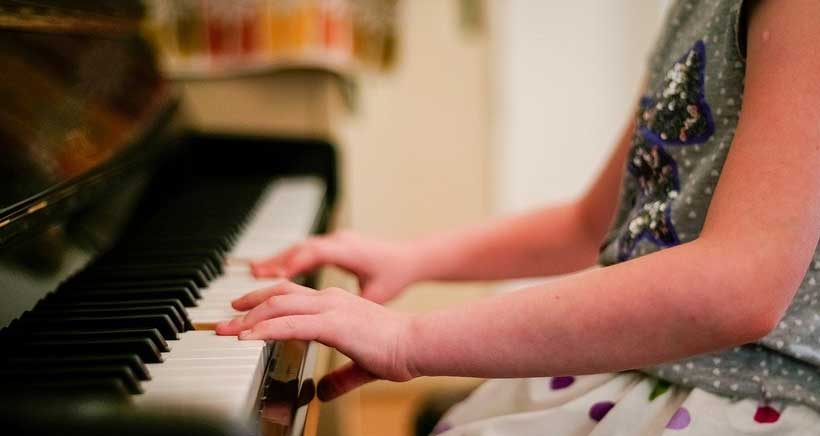 Descubre la magia del piano con este taller infantil