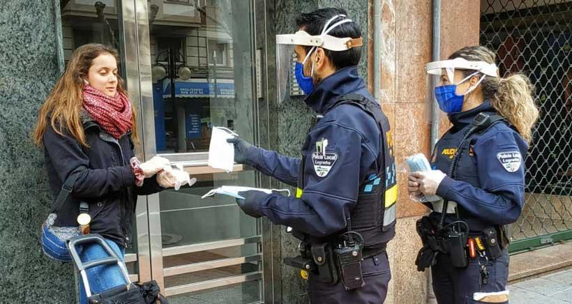 La Policía Local de Logroño colabora en el reparto de mascarillas