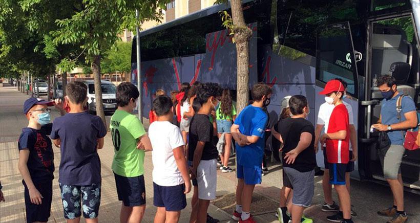 Autobús de ida y vuelta para un día completo en el parque Aventura de Lumbreras