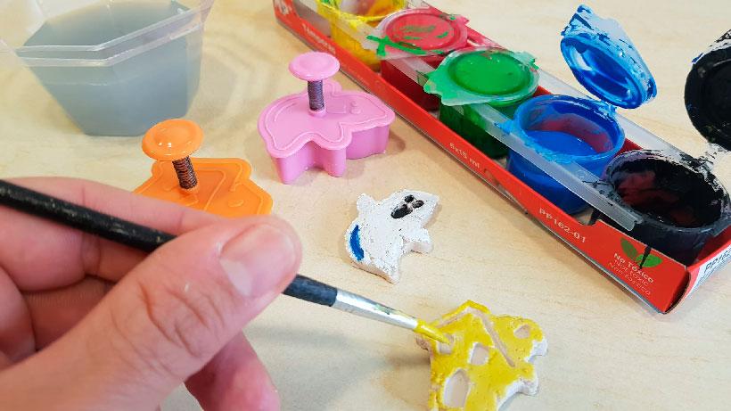 """Fabricamos figuritas de """"plástico"""" con leche"""