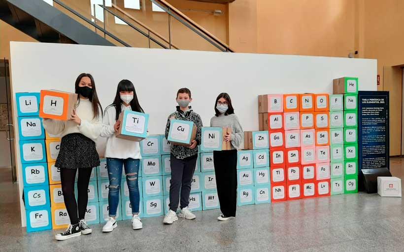 Estudiantes del colegio Salesianos Domingo Savio exponen su tabla periódica XXL en la Casa de las Ciencias