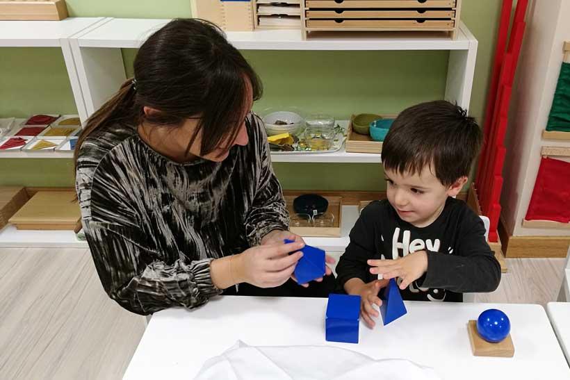 alumno-trabajando-los-sólidos-geométricos-de-manera-personal-con-su-profesora