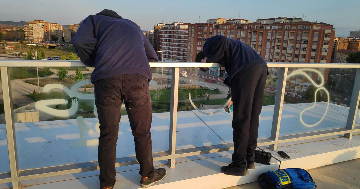 La Policía Local localiza a dos jóvenes limpiando grafitis en el Parque Felipe VI
