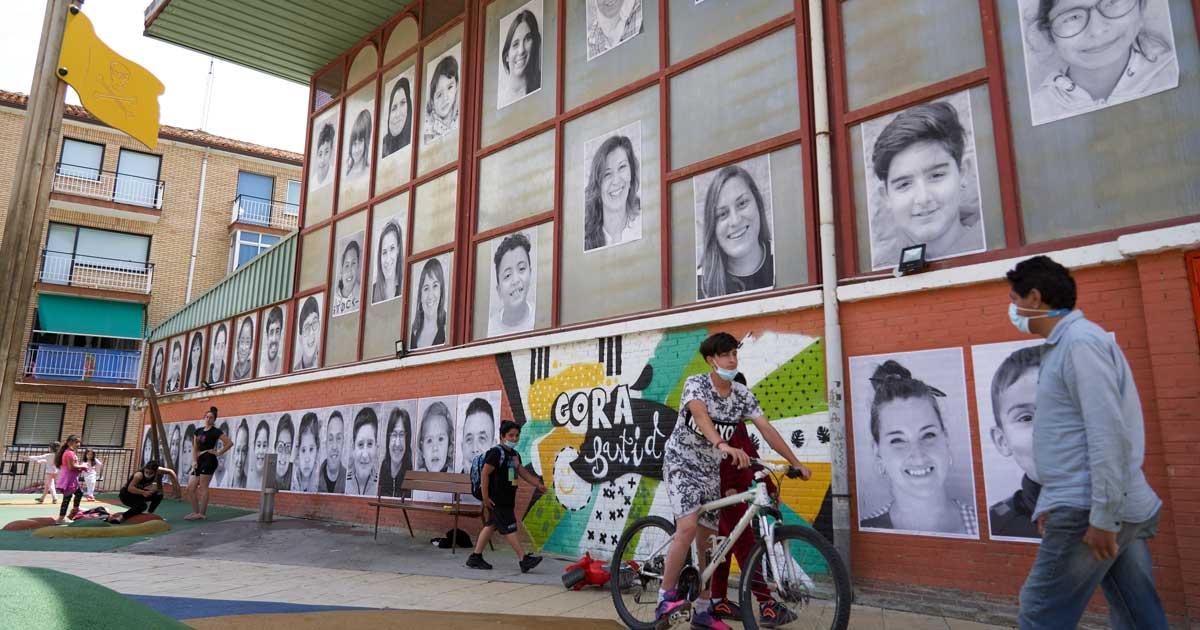"""Los rostros de la comunidad escolar de Labastida """"invaden"""" el pueblo"""